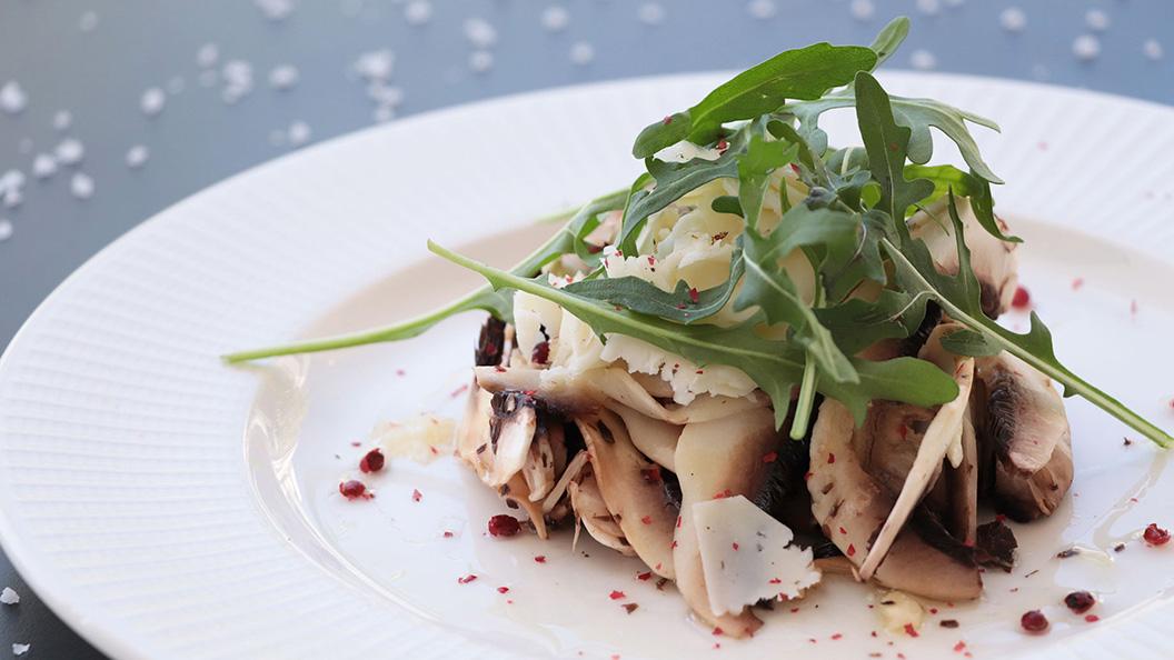 Carpaccio de champiñones con vinagreta de lima y parmesano